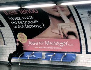Gevonden in de metro: een advertentie voor een buitenechtelijke datingsite, voor naughty Fransmannen.. Schandalig, niet?