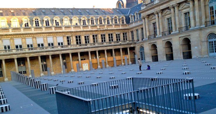 Een verstopt en permanent kunstwerk van Daniel Buren bij het Palais Royal