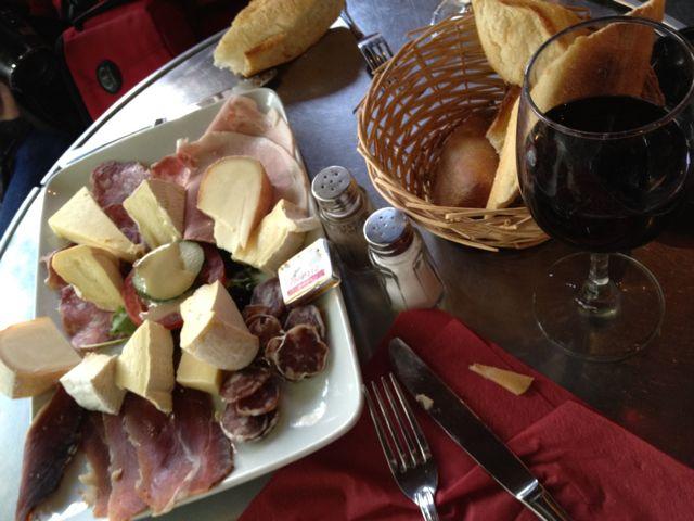 Kaas, charcuterie en wijn