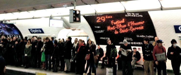 Druk perron op de metrohalte Opéra