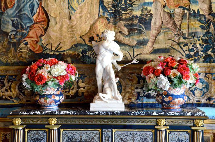 Standbeeldje en bloemboeketjes