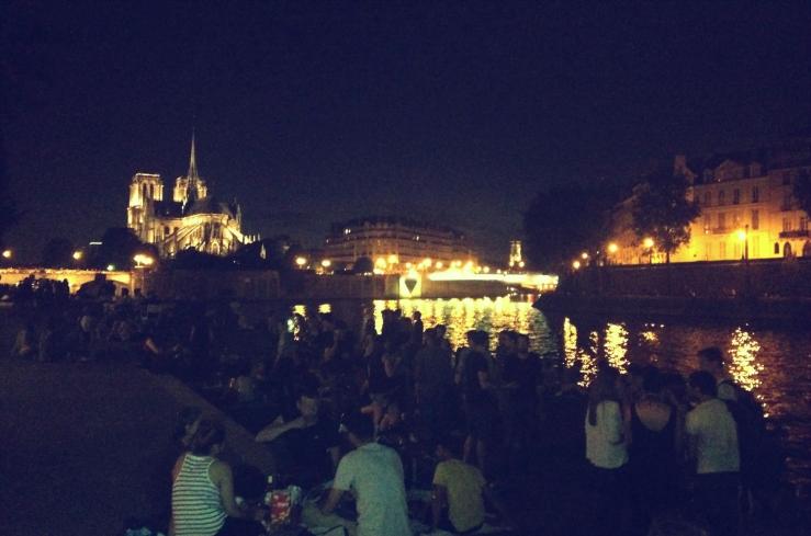 Picknick bij de Notre Dame in Parijs