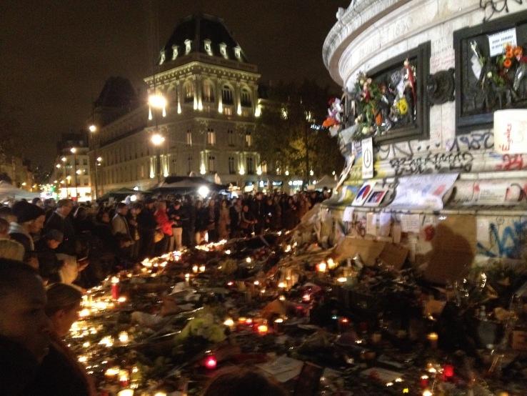 Aanslagen Parijs 13 november: mensen, kaarsjes en bloemen bij het momument op Place de la République