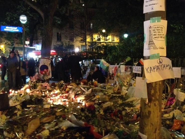 Aanslagen Parijs 13 november: herdenking bij boulevard Richard Lenoir