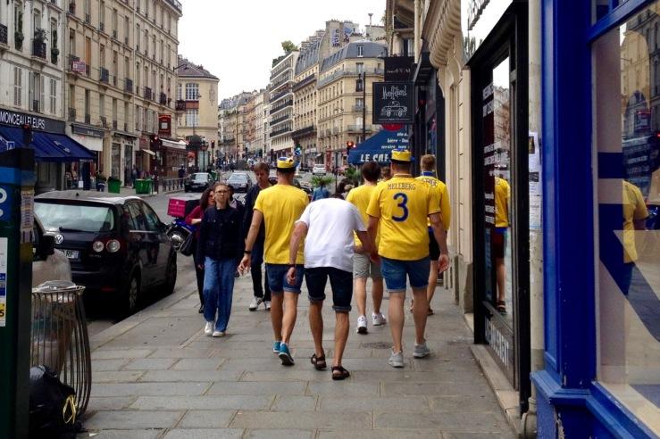 Zweedse voetbalsupporters in een straat in Parijs