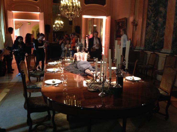 Een mannequin als diner op tafel bij de presentatie van het Nederlandse We Are Muze